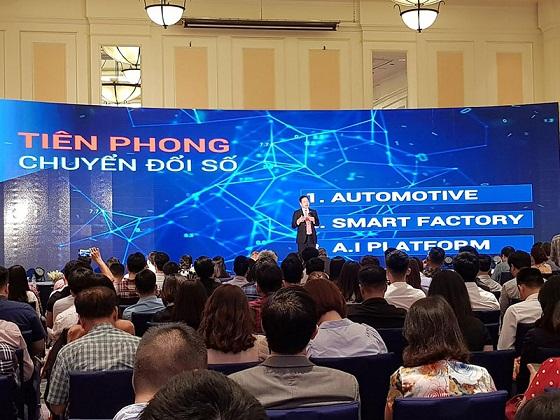 Chủ tịch Trương Gia Bình say sưa nói về chiến lược chuyển đổi số của FPT.